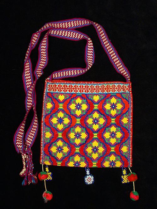 Reverse side of embroidered kutsiuri - Photograph ©Yvonne Negrín 2018