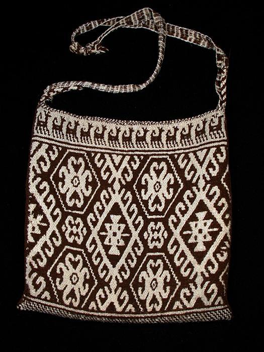 Brown and white wool kutsiuri - Photograph ©Yvonne Negrín 2018