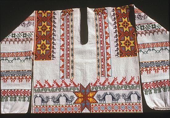 Detail of embroidered man's shirt (kutuni). Photograph ©Yvonne Negrín 2003 - 2018`