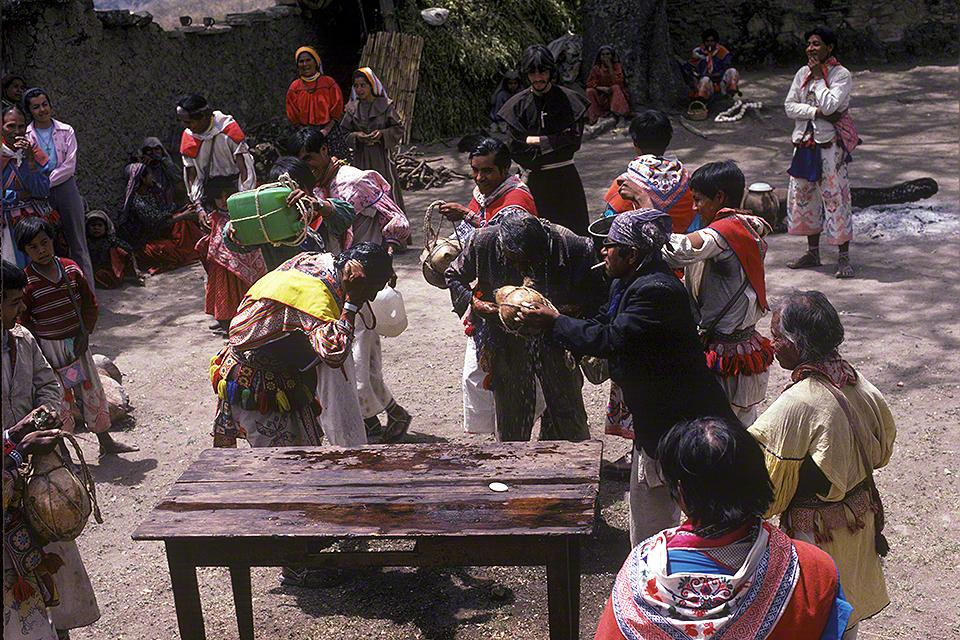 Los wixaritari se limpian en el atrio de la iglesia de Tuapurie - Fotographía ©Juan Negrín 1979-2018