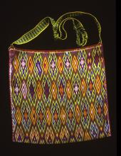 Embroidered shoulder bag - Photograph ©Yvonne Negrín 2003 - 2018